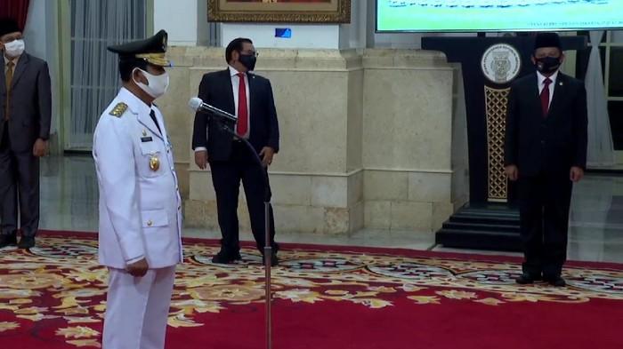 Isdianto dilantik sebagai Gubernur Kepri oleh Presiden Jokowi.