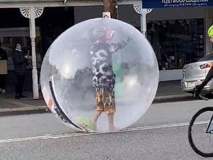 Kocak, Pria Ini Jalan-jalan Pakai Bola Plastik Raksasa Demi Hindari Corona