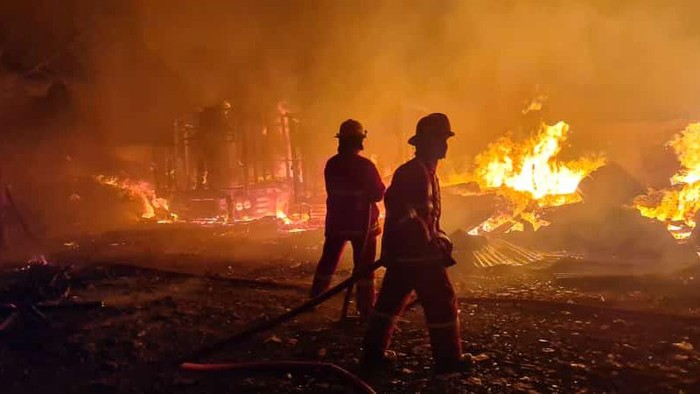 Kebakaran tempat pemotong kayu di Bogor