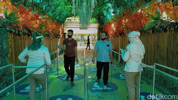 Kebun Binatang Surabaya (KBS) ditutup kurang lebih 4 bulan selama pandemi COVID-19. Kini KBS kembali dibuka untuk umum.