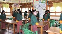 Begini suasana physical distancing di salah satu kelas di sekolah Samtengang, Wangdue, Bhutan. Sekolah ini menyambut 134 siswanya pada 1 Juli 2020 lalu.
