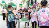 Protokol kesehatan sangat ketat diterapkan di taman kanak-kanak Chongqing, China. Sejumlah anak-anak diperiksa suhu tubunya lalu wajib mencuci tangan saat masuk ke kelas. Anak-anak di China secara bertahap kembali bersekolah termasuk mendorong pratik kebersihan yang baik dan disinfeksi ruang kelas setiap hari.