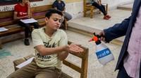 Seorang siswa di sekolah menengah Minia di Mesir tengah mencuci tangan dengan disinfektan. Sebanyajk 360 sekolah di Minia dan Fayoum membantu melindungi 338.259 anak-anak. UNICEF juga melakukan operasi disinfeksi 567 sekolah lain sebelum ujian akhir kelas 12.