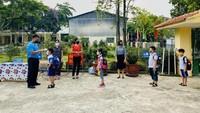 Hari pertama sekolah di Lao Chai, Vietnam dilakukan dengan mengambil tindakan physical distancing. langkah-langkah new normal ketat dilakukan untuk membuat sekolah lebih aman selama masa pandemi.