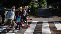 Sejumlah anak-anak di Jepang ramai-ramai menyebrang jalan di zebra cros saat sekolah kembali dibuka pada 5 Juni 2020 lalu. Pada puncak isolasi mandiri pandemi Corona, sekitar 91 persen siswa di seluruh dunia di lebih dari 194 negara tidak bersekolah. Hal ini menyebabkan gangguan pada kehidupan, pembelajaran dan kesejahteraan anak-anak.