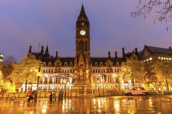 Manchester Town Hall saat malam. Lokasi di Manchester, North West England, Inggris. (Getty Images/iStockphoto/benkrut)