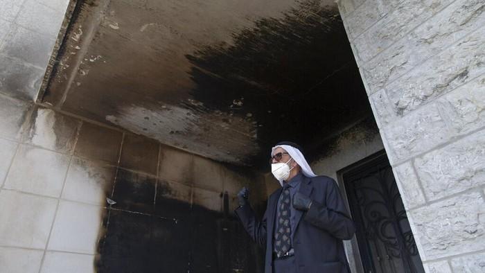 Sebuah masjid yang berada di kawasan Tepi Barat, Palestina, menjadi sasaran pembakaran orang tak dikenal. Masjid itu pun turut jadi sasaran aksi vandalisme.