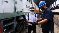 Para masinis harus menandatangani surat jalan dalam mengoperasikan kereta api.