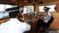 Selama perjalanan, masinis harus tetap fokus pada rambu-rambu yang ada di sepanjang lintasan.
