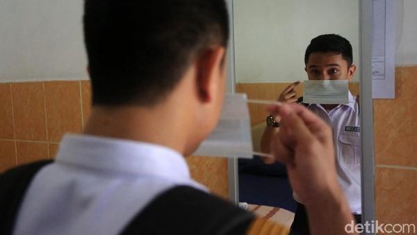 Selain cek kesehatan, para misinis juga wajib makai masker.