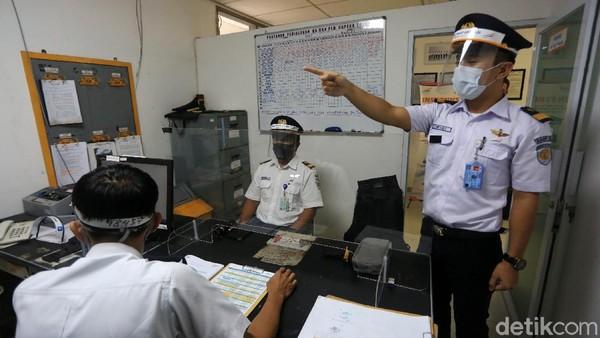 Selain masker, masinis juga harus memakai face shield.
