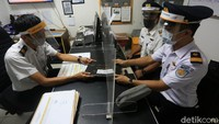 PT KAI juga menerapkan protokol kesehatan di ruang kerja. Kini setiap meja kerja dipasangi penyekat kaca transparan.