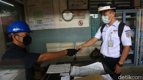 Masinis siap menjalankan tugasnya setelah melakukan rangkaian pemeriksaan kesehatan.