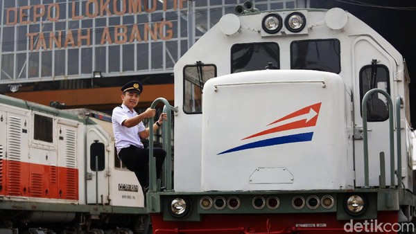 Seorang masinis bersiap mengoperasikan kereta api jarak jauh dari Depo Tanah Abang, Jakarta.