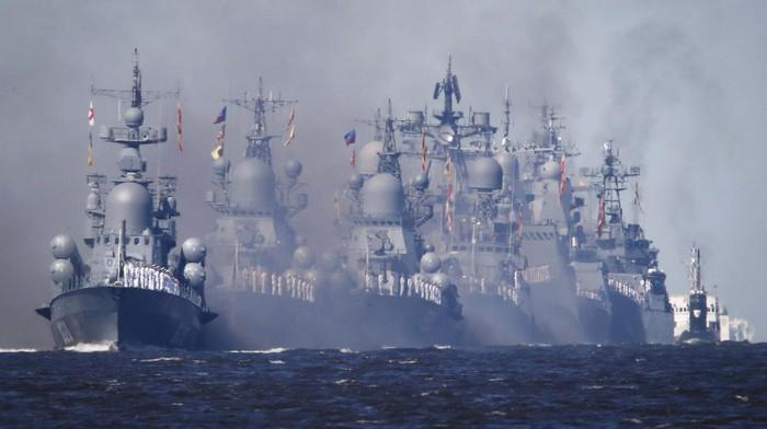 Rusia memperingati Hari Angkatan Laut dengan menggelar parade kapal perang, Minggu (26/7) waktu setempat. Parade kapal perang disaksikan langsung oleh Presiden Vladimir Putin.