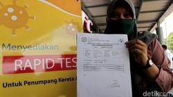 Layanan rapid test dengan biaya Rp 85 ribu mulai hari ini telah tersedia di sejumlah stasiun Indonesia. Salah satunya Stasiun Pasar Senen, Jakarta.