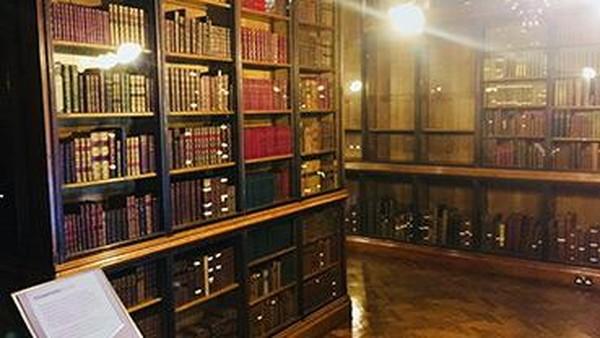 Selain itu, ada ruangan koleksi naskah yang berisi lebih dari 6.000 manuskrip tulisan tangan dalam lebih dari 50 bahasan yang berbeda. (John Rylands Library)