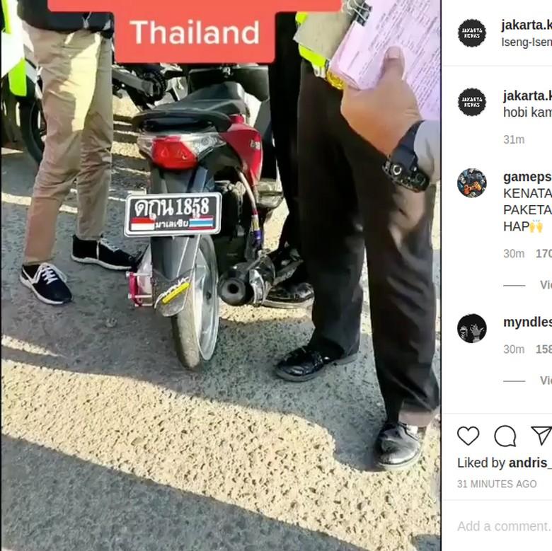 Motor ini ditilang karena menggunakan plat nomor Thailand.