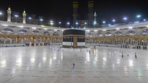Menjadi masjid paling suci bagi umat islam, Masjidil Haram menjadi kiblat atau titik pusat untuk salat bagi umat muslim di seluruh dunia. Masjidil Haram mampu menampung hingga 2 juta jamaah dalam satu waktu. (AP/Pool)