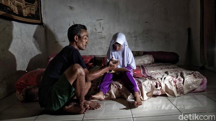 Sejumlah anak-anak melakukan kegiatan belajar di rumah di kawasan Gang Bebek, Kalibaru, Cilincing, Jakarta Utara, Senin (27/7). Menurut keterangan warga, saat ini anak-anak telah melakukan kegiatan belajar dirumah sejak pandemi COVID-19 mulai masuk ke Jakarta sejak bulan Maret.