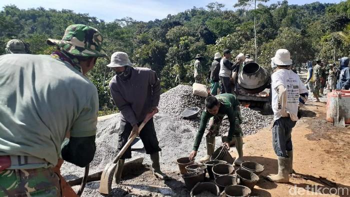 Prajurit TNI berjibaku memperbaiki Jalan Garekgok di Garut