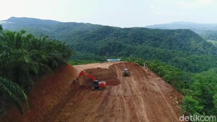 Prajurit TNI membangun akses jalan baru untuk warga di desa terpencil di Subang