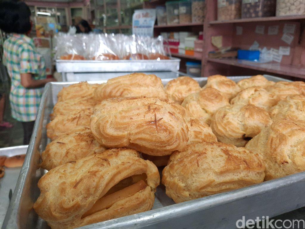 Roti Kuno di Toko Djoen Lama