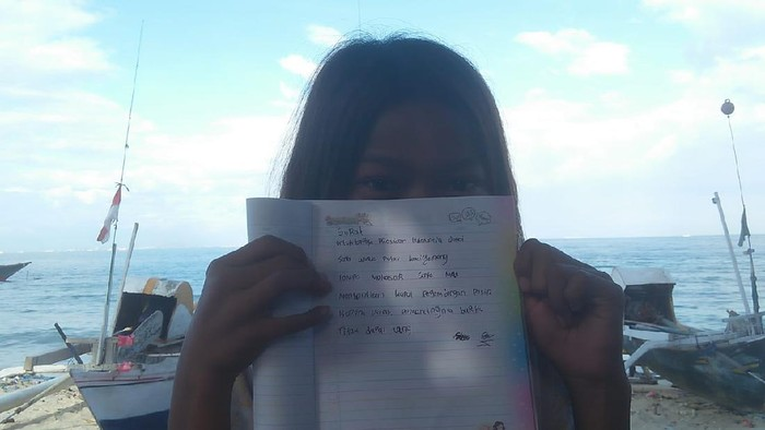 Salah seorang anak di Pulau Kodingareng Lompo, Makassar mengirim surat ke Jokowi (dok. Istimewa).