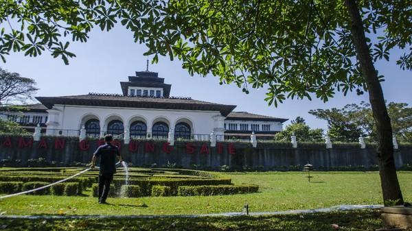 Gedung Sate saat ini menjadi kantor pusat pemerintahan Provinsi Jawa Barat sekaligus menjadi salah satu objek wisata sejarah. ANTARA FOTO/NOVRIAN ARBI.