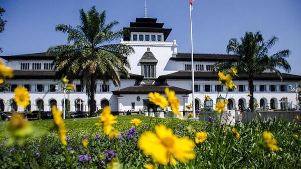 Tepat pada tanggal 27 Juli 1920, Gedung Sate yang dulu disebut Gouvernements Bedrijven dibangun pada masa pemerintahan Hindia Belanda. Bangunan bersejarah itu kini berusia 100 tahun. ANTARA FOTO/Novrian Arbi.