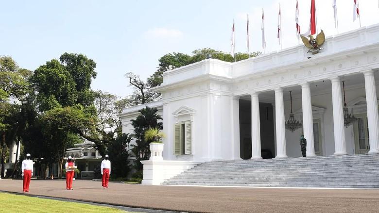 Simulasi upacara pengibaran bendera di halaman Istana Merdeka, Jakarta.