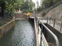 Ada sekitar 34 lubang sebagai jalan masuk air lalu dialihkan ke terowongan dan kemudian dialirkan ke laut. Sistem anti banjir Hong Kong ini digali menggunakan dua mesin bor selama lima tahun, dimulai pada 2007. Terowongan sepanjang 10,5 kilometer jadi pemecah masalah mendasar namun mendesak yang dihadapi salah satu kota terbasah di Asia, hujan.