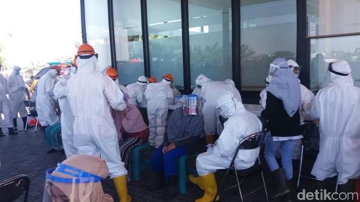 Meski menerapkan protokol kesehatan, penularan COVID-19 terjadi di PT Panca Mitra Multi Perdana (PMMP) Situbondo. Ada 15 karyawan pabrik pengolahan udang itu yang positif Corona.