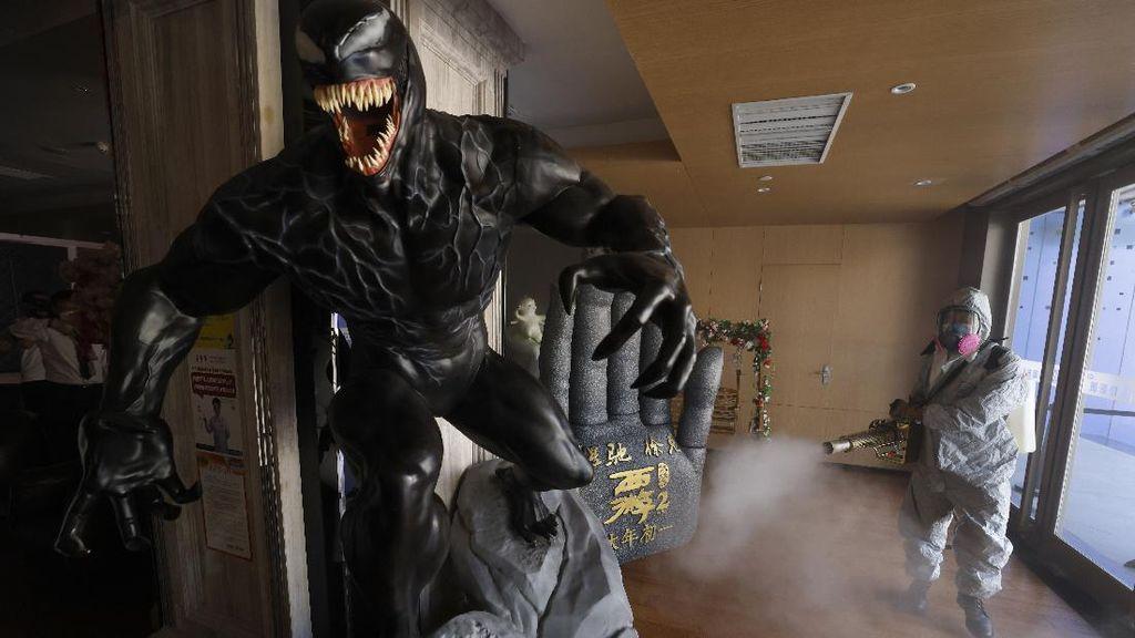 Venom hingga Ultraman Disemprot Disinfektan Lho