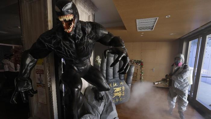 Operasi disinfeksi Corona kini menyasar para karakter fiksi. Dari mulai Venom, Ultraman hingga Stormtrooper.