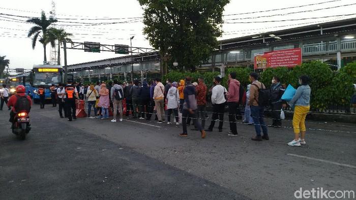 Warga antre naik bus gratis di Stasiun Bogor, Jawa Barat