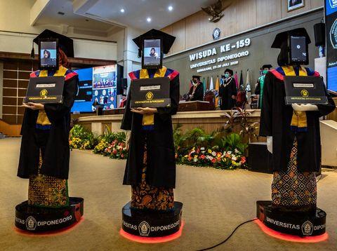 Sejumlah robot peraga berpose seusai mengikuti wisuda secara daring di Universitas Diponegoro (UNDIP), Semarang, Jawa Tengah, Senin (27/7/2020). WIsuda ke-159 UNDIP yang diikuti 2.561 lulusan itu menggunakan teknologi robot peraga yang menggantikan kehadiran fisik para wisudawan maupun wisudawati karena sejumlah kebijakan protokol kesehatan dalam upaya mencegah penyebaran COVID-19. ANTARA FOTO/Aji Styawan/pras.