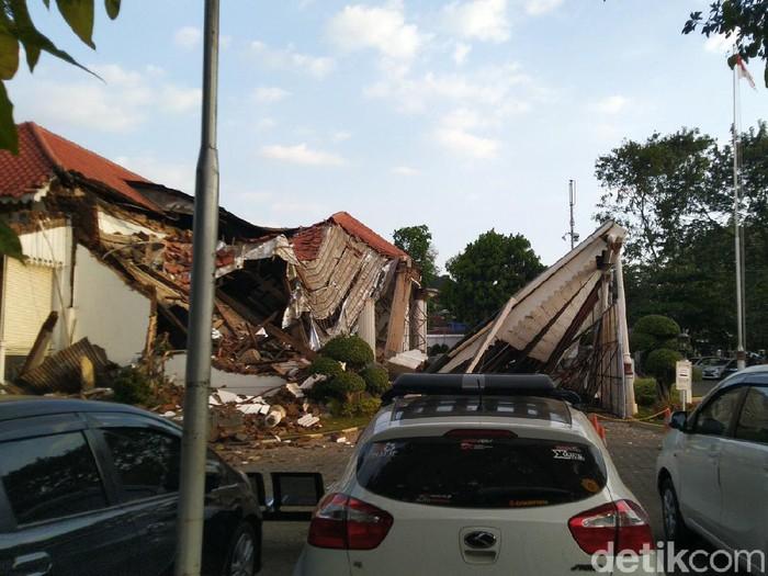 Bagian depan gedung kantor OJK Jateng-DIY, Semarang roboh, Selasa (28/7/2020).