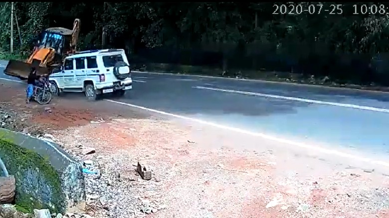 Bikers India hampir tertabrak buldozer saat berhenti di pinggir jalan