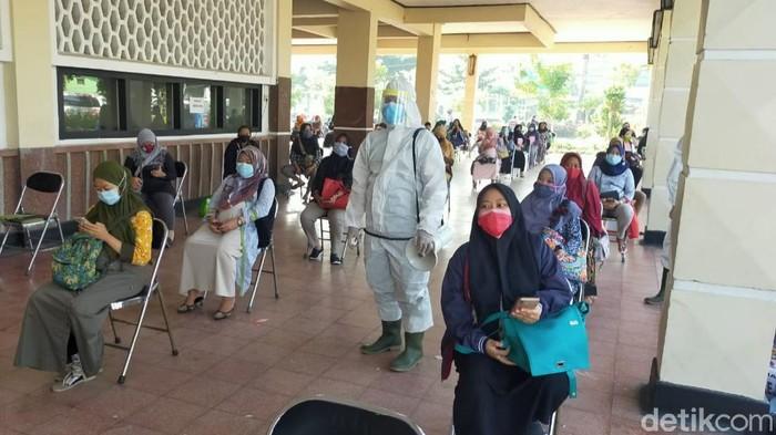 Di tengah pandemi COVID-19, ibu hamil (bumil) di Surabaya diwajibkan melakukan tes swab sebelum melahirkan. Sebab, tak sedikit bumil yang terpapar Corona.