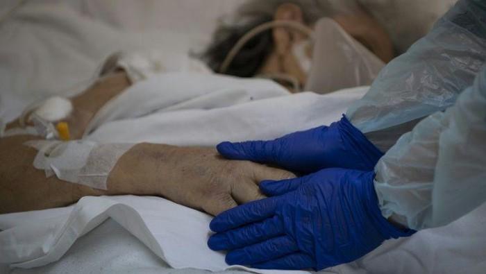 di Chile, pasien Corona tidak dibiarkan wafat dalam kesendirian (AFP Photo)