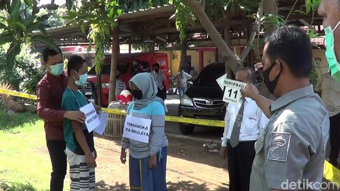 Kasus pembunuhan RH (5), bocah perempuan asal Desa Tanggulangin, Kecamatan Kejayaan, Kabupaten Pasuruan, direkonstruksi. Sejumlah fakta baru muncul di 35 adegan.