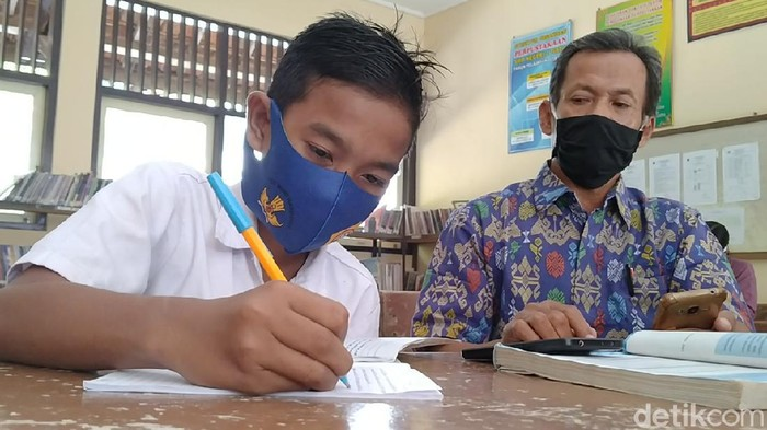 Dzul Faqor Risqi Islamy Al Ghazy siswa kelas 7 SMPN 2 Tirto, Pekalongan yang sekolah sendirian, Selasa (28/7/2020).