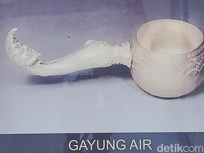 Foto benda-benda emas yang ditemukan di Klaten pada 1990.