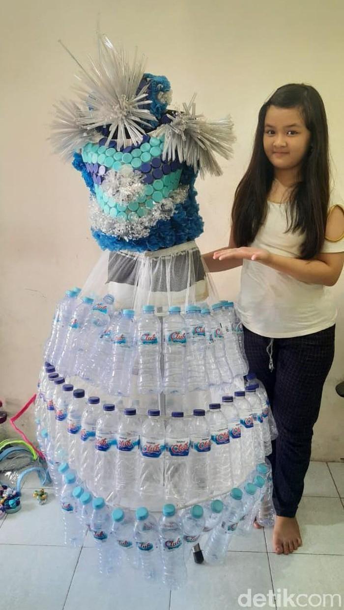 Jessica Adelia Putri, siswi kelas 5 SDN Banyu Urip 3 Surabaya membuat karya dari botol plastik bekas. Ia membuat gaun.