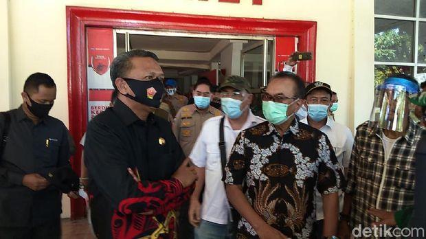 Gubernur Sulsel Nurdin Abdullah bersama Dewan Pembina YOSS Andi Ilhamsyah Mattalatta bertemu di Stadion Mattoanging (Hermawan-detikcom).