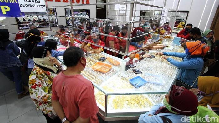 Aktivitas jual beli emas ditoko Mahkota Coyudan, Surakarta, Jawa Tengah, Senin (27/7/2020).