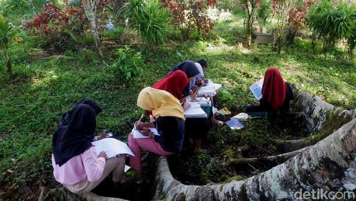 Susah sinyal, membuat sejumlah siswa SMP di Dusun Sukawera, Banjarnegara, Jateng, terpaksa belajar di kompleks makam.