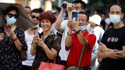 Diplomat AS Tinggalkan Konsulat di Chengdu, Warga China Foto-foto