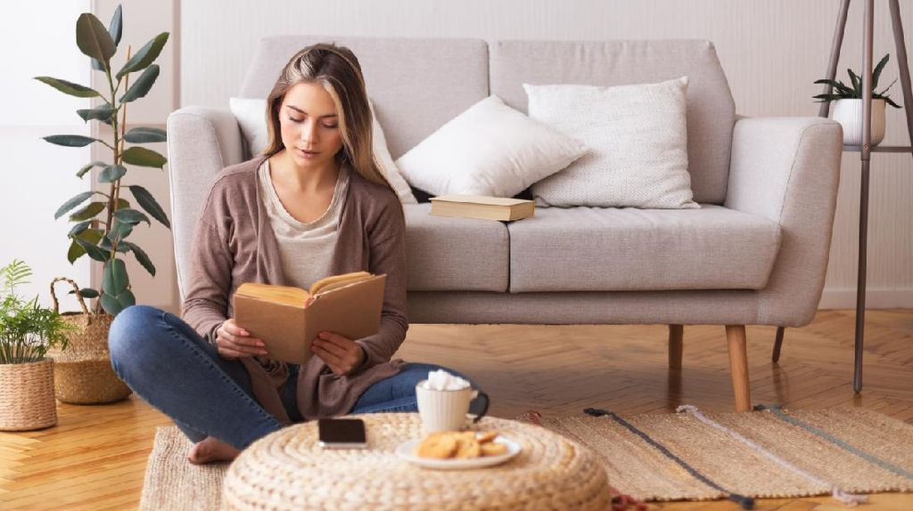 4 Manfaat Baca Buku Sebelum Tidur yang Perlu Kamu Tahu